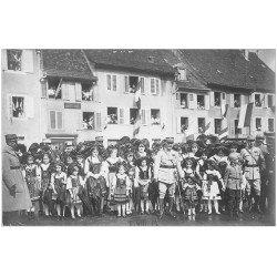 carte postale ancienne 67 CARTE PHOTO. Alsace Lorraine. Militaires et Officiers Français avec Alsaciennes Folkloriques