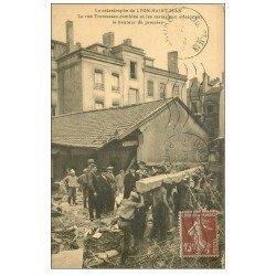 carte postale ancienne 69 LYON. Catastrophe Saint-Jean rue Tramassac comblée et matériaux pour Sauveteurs Secouristes