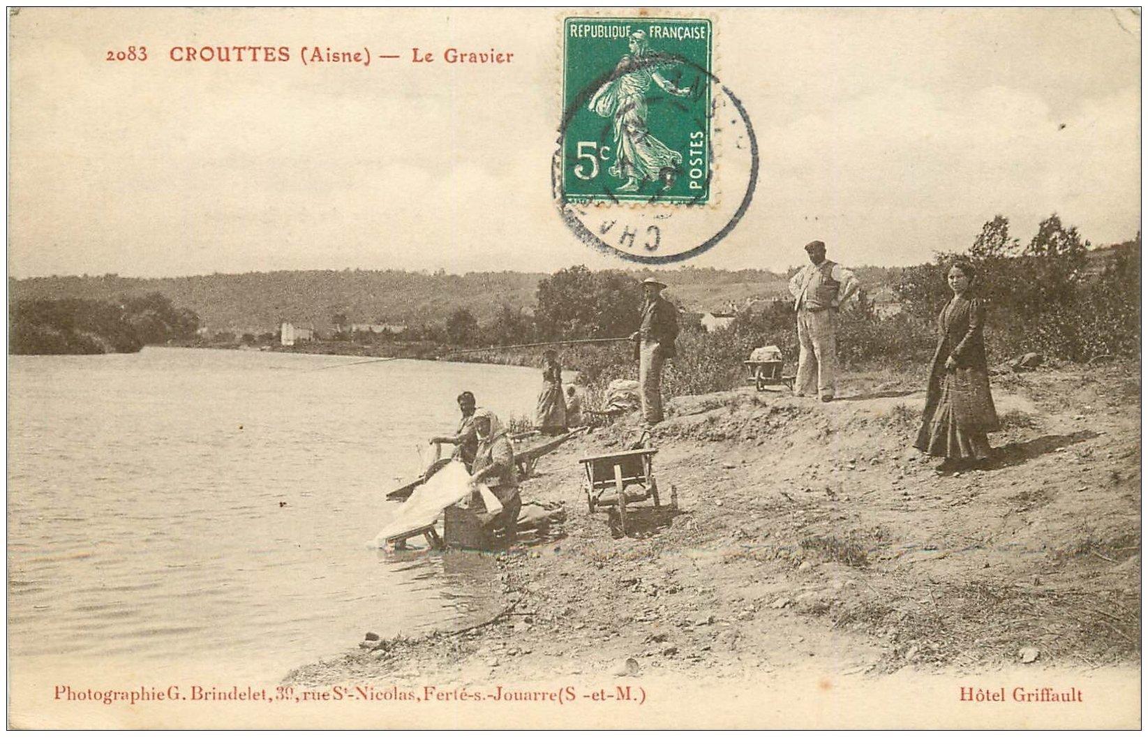 carte postale ancienne 02 CROUTTES. Le Gravier. Pêcheur et Lavandières Laveuses