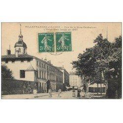 carte postale ancienne 69 VILLEFRANCHE-SUR-SAÔNE. Hôtel-Dieu Facteurs en vélo Rue de la Sous-Préfecture 1915