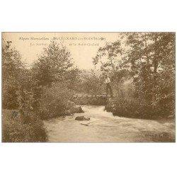 carte postale ancienne 72 SAINT-LEONARD-DES-BOIS. Personnage sur Petit Pont du Saint-Godard