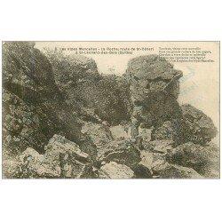 carte postale ancienne 72 SAINT-LEONARD-DES-BOIS. Personnage sur Roche route de Saint-Céneri