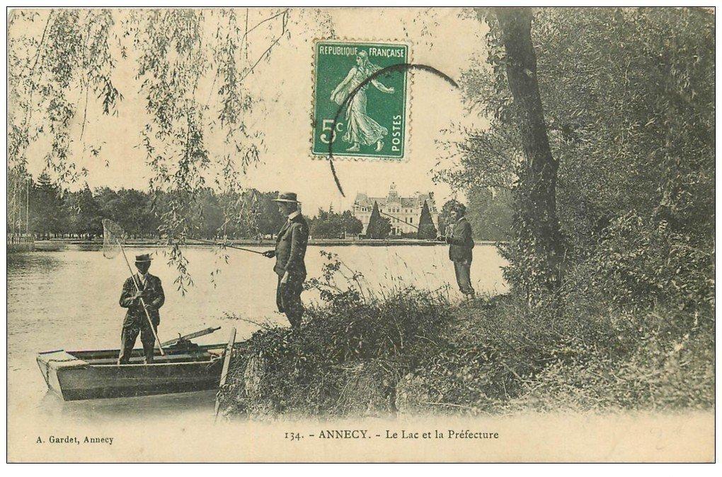 carte postale ancienne 74 ANNECY. Pêcheurs à la ligne sur le Lac et Préfecture 1908