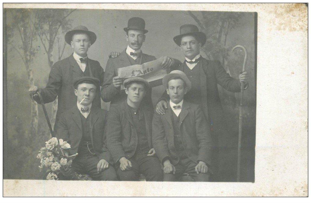 carte postale ancienne 74 ANNECY. Rare Carte Photo d'un Groupe à la Noce ou de Conscrits. Journal l'Auto