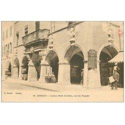 carte postale ancienne 74 ANNECY. Vendeuse assise de Cartes Postales rue du Paquier