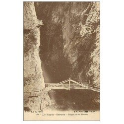 carte postale ancienne 74 LE FAYET. Pont en bois Gorges de la Diosaz. Servoz animation