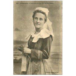 carte postale ancienne LA BRETAGNE. Concarneau. Sardinière tricotant attendant arrivée des Bateaux de Pêche
