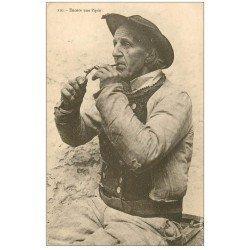 carte postale ancienne LA BRETAGNE. Encore une Pipée. Breton fumeur de Pipe