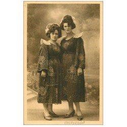carte postale ancienne LA BRETAGNE. Jeunes élégantes de Rosporden