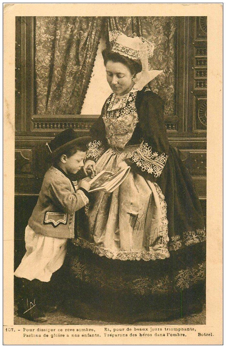 carte postale ancienne LA BRETAGNE. La Lecture d'un journal