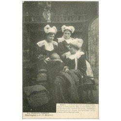 carte postale ancienne LA BRETAGNE. Le Frère Militaire en permission