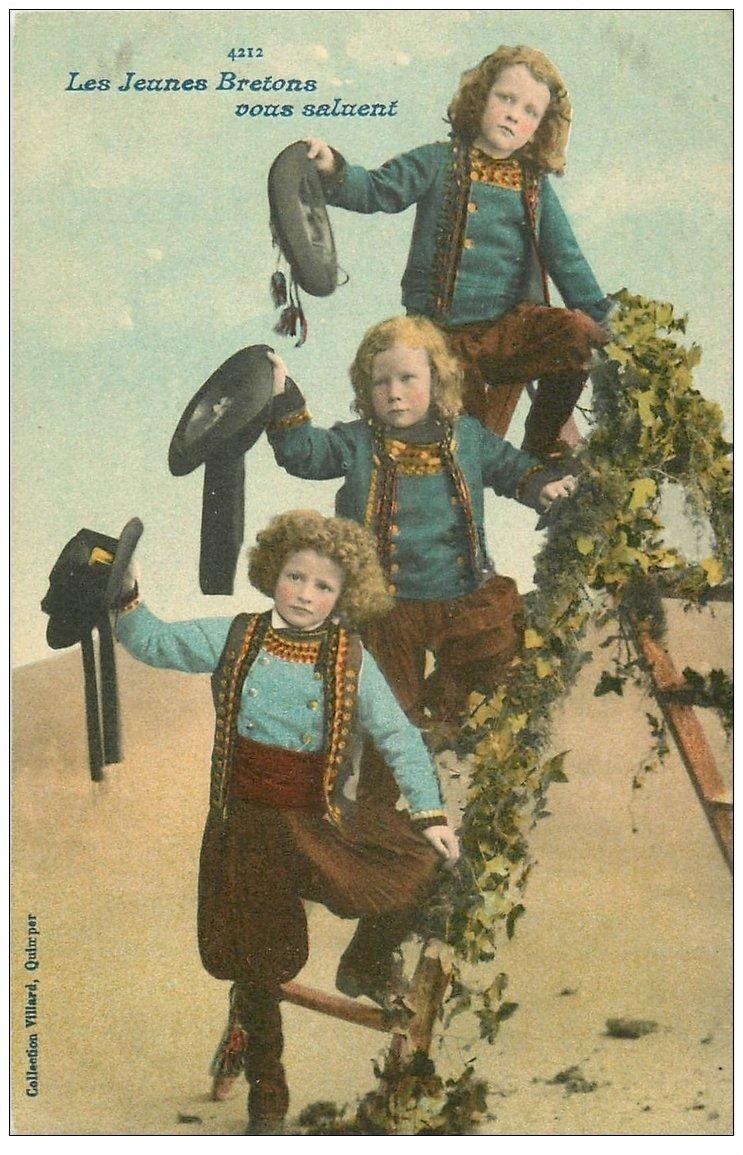 carte postale ancienne LA BRETAGNE. Les Jeunes Bretons vous saluent