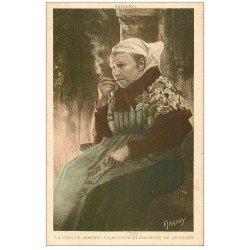 carte postale ancienne LA BRETAGNE. Vieille Jeannic Fumeuse de pipe, Filandière et Conteuse