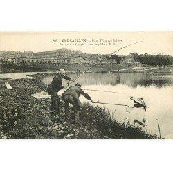 carte postale ancienne 78 VERSAILLES. Pêcheurs de parapluie à la Pièce d'eau des Suisses