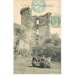 carte postale ancienne 78 VALLEE CHEVREUSE. Famille assise devant la Tour cassée 1904
