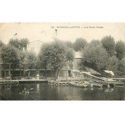 carte postale ancienne K. 78 MAISONS-LAFFITTE. Les Bains Froids avec Canoïste sur bouée 1906