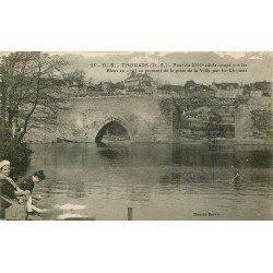 carte postale ancienne 79 THOUARS. Lavandières près du Pont coupé par les Bleus Chouans