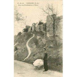 carte postale ancienne 79 THOUARS. Personnage devant reste des Fortifications