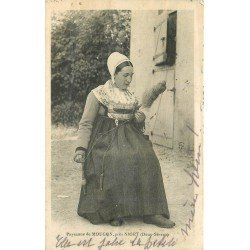 carte postale ancienne 79 MOUGON. Paysanne Fileuse 1913