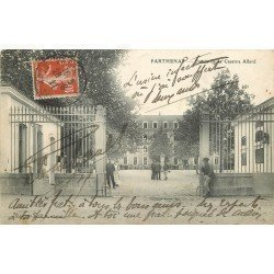 carte postale ancienne 79 PARTHENAY. Entrée Caserne Allard. Militaires 1911