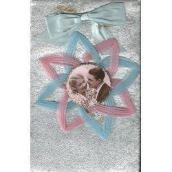 Superbe Carte Postale Fantaisie Amoureux en médaillon et véritable nöeud en tissu et crépe