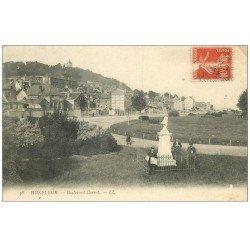 carte postale ancienne 14 HONFLEUR. Boulevard Carnot Vendeur de journaux 1906