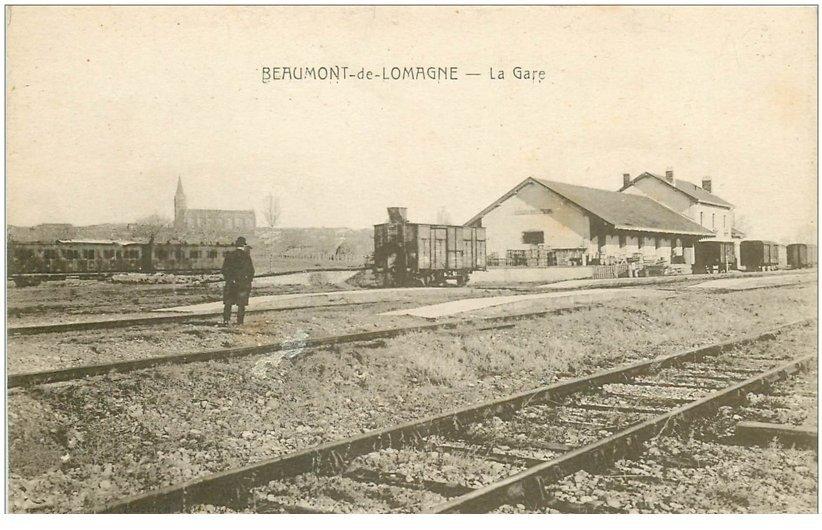 carte postale ancienne 82 BEAUMONT-DE-LOMAGNE. La Gare avec personnage