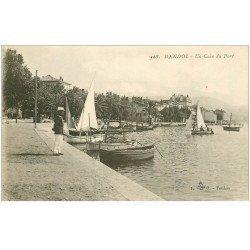 carte postale ancienne 83 BANDOL. Barques de Pêcheurs un coin du Port Policier Militaire