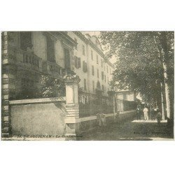 carte postale ancienne 83 DRAGUIGNAN. Animation devant la Gendarmerie. Impeccable et vierge