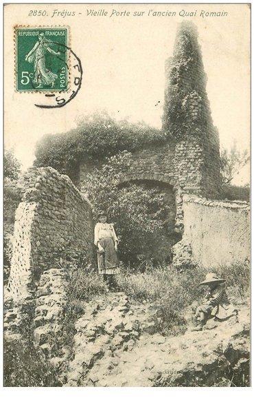 carte postale ancienne 83 FREJUS. Enfants près Vieille Porte ancien Quai Romain 1908