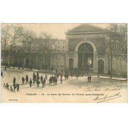 carte postale ancienne 83 TOULON. Arsenal sortie des Ouvriers Porte Castigneau 1903
