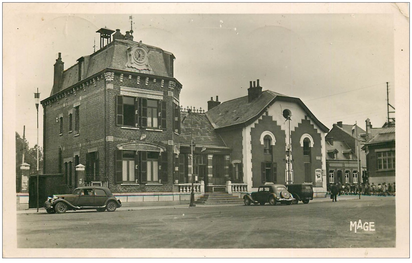 carte postale ancienne 02 HIRSON. Hôtel de Ville 1952. Traction Avant et écoliers. Bar de la Mairie. Photo Carte