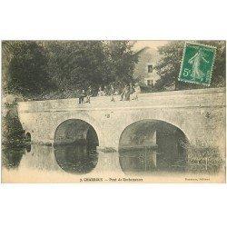 carte postale ancienne 86 CHARROUX. Animation sur le Pont de Rochemeaux vers 1910 Rare