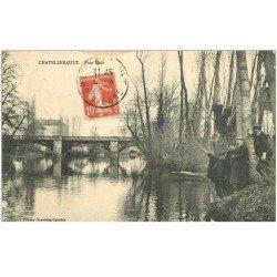 carte postale ancienne 86 CHATELLERAULT. Pêcheur près du Pont Molé 1909 et le Photographe de la carte postale avec barbichette