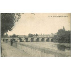 carte postale ancienne 86 CHATELLERAULT. Promeneur bord de la Vienne