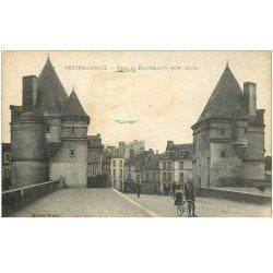 carte postale ancienne 86 CHATELLERAULT. Tours du Pont Henri IV 1920