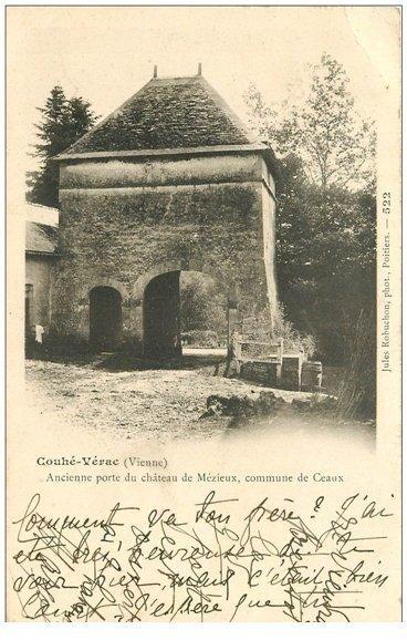 carte postale ancienne 86 COUHE VERAC. Porte du Château de Mézieux 1902 Commune de Ceaux
