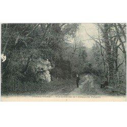 carte postale ancienne 86 COUHE VERAC. Promeneurs Allée Abbaye de Valence Commune de Ceaux