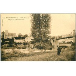 carte postale ancienne 86 LA ROCHE POSAY LES BAINS. Pont suspendu et Eglise avec personnage