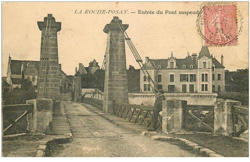 carte postale ancienne 86 LA ROCHE POSAY. Personnage Entrée du Pont suspendu 1908