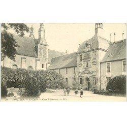 carte postale ancienne 86 POITIERS. Cour Honneur du Lycée avec Etudiants vers 1900