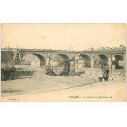 carte postale ancienne 87 LIMOGES. Pont de la Révolution Porteur de fagots et Nettoyeuse des rigoles vers 1900