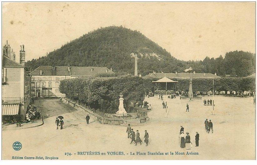 carte postale ancienne 88 BRUYERES EN VOSGES. Place Stanislas et Mont Avison Kiosque avec Musiciens