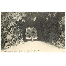 carte postale ancienne 88 GERARDMER. Promeneur au Tunnel de la Roche du Diable