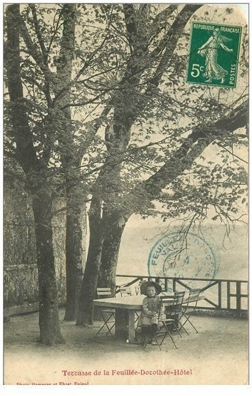 carte postale ancienne 88 LA FEUILLEE DOROTHEE. Le Val d'Ajol Grand Hôtel enfant assis en Tarrasse 1910