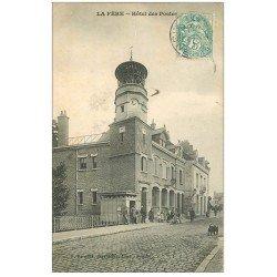 carte postale ancienne 02 LA FERE. Hôtel des Postes avec Facteur 1906