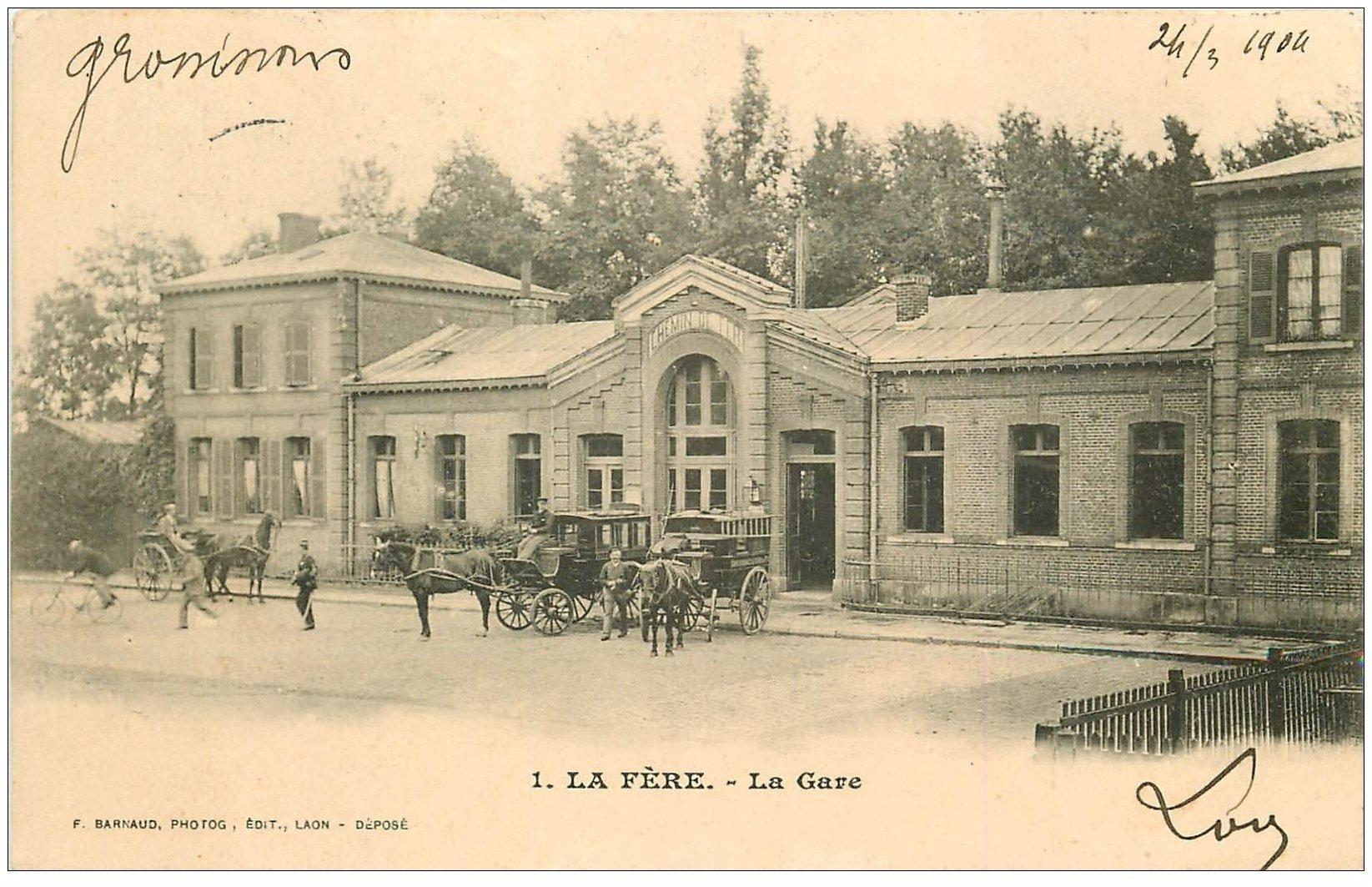 carte postale ancienne 02 LA FERE. La Gare avec attelages transport de Passagers 1904