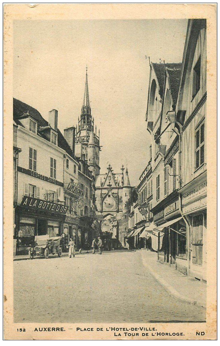 carte postale ancienne 89 AUXERRE. A la Botte d'Or Place Hôtel de Ville et Tour de l'Horloge voiture ancienne