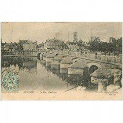 carte postale ancienne 89 AUXERRE. Animation sur le Pont Bert 1905