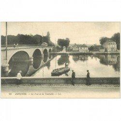 carte postale ancienne 89 AUXERRE. Pont de la Tournelle 1910 et Passeurs en Barques